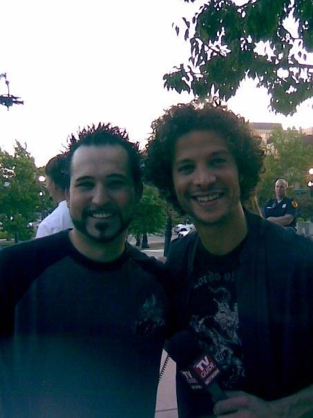 A picture of Justin Guarini with his iconic Jewfro hairstyle for his medium-length curly hair